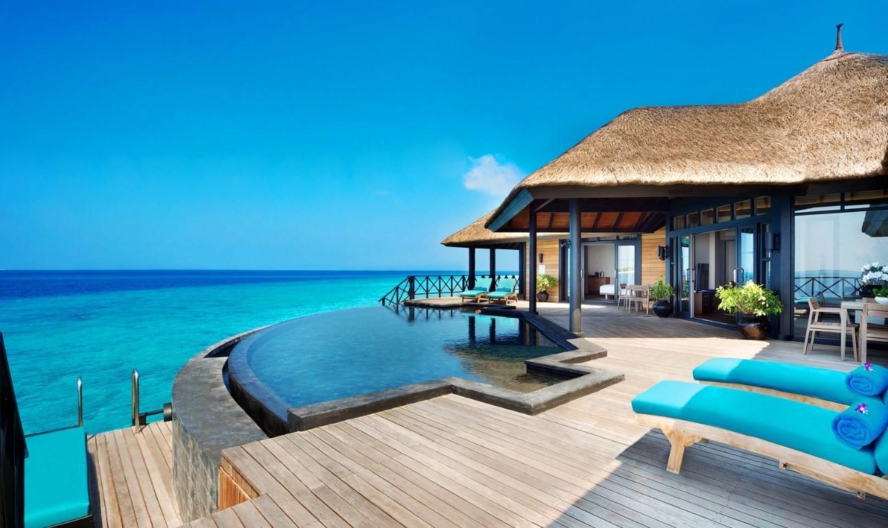 news-main-le-ja-manafaru-situe-sur-une-ile-paradisiaque-des-maldives-se-transforme-en-complexe-hotelier-tout-compris.1583847774.jpg